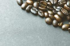 Feijões de café no fundo de papel da textura Fotos de Stock Royalty Free