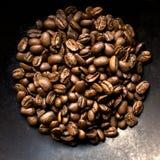 Feijões de café no fundo preto Imagem de Stock