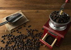 Feijões de café no moedor, no fundo da madeira da tabela Imagem de Stock