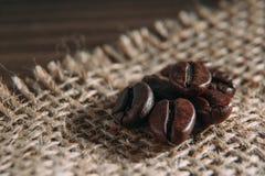 Feijões de café no pano de saco Foto de Stock