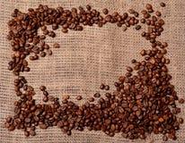 Feijões de café no pano de saco Fotografia de Stock Royalty Free