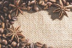 Feijões de café no pano de saco com anis das especiarias Fotografia de Stock Royalty Free