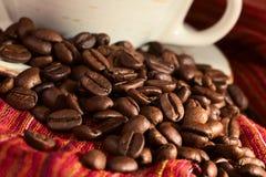 Feijões de café no pano vermelho Imagens de Stock Royalty Free