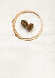 Feijões de café no papel Imagens de Stock