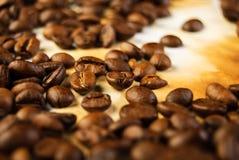 Feijões de café no papel velho Fotos de Stock Royalty Free