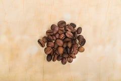 Feijões de café no papel velho Imagem de Stock