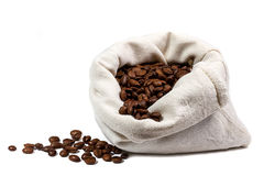Feijões de café no saco isolado fotos de stock