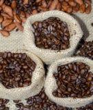 Feijões de café no saco rústico Imagem de Stock