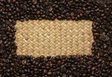 Feijões de café nos sacos no fundo Fotografia de Stock Royalty Free