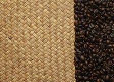 Feijões de café nos sacos no fundo Imagem de Stock Royalty Free
