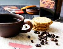 Feijões de café preto e biscoitos e chocolate Fotos de Stock