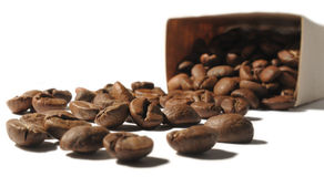 Feijões de café que dispersam de um saco de papel Imagem de Stock Royalty Free