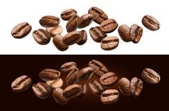 Feijões de café de queda isolados no fundo branco e preto imagem de stock