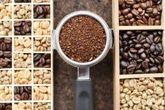 Feijões de café recentemente à terra em um filtro do metal e em feijões de café Fotografia de Stock