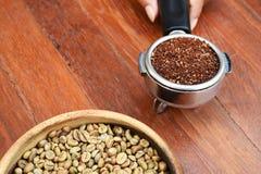 Feijões de café recentemente à terra em um filtro do metal e em feijões de café Imagens de Stock