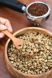 Feijões de café recentemente à terra em um filtro do metal e em feijões de café Fotografia de Stock Royalty Free