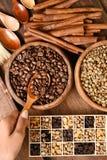Feijões de café recentemente à terra em um filtro do metal e em uns feijões de café diferentes Imagens de Stock Royalty Free