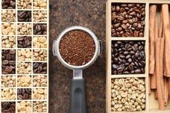 Feijões de café recentemente à terra em um filtro do metal e feijões de café com canela Fotografia de Stock