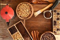 Feijões de café recentemente à terra em um filtro do metal e feijões de café com chaleira vermelha Imagens de Stock
