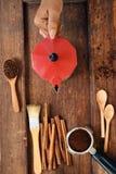 Feijões de café recentemente à terra em um filtro do metal e feijões de café com chaleira vermelha Foto de Stock