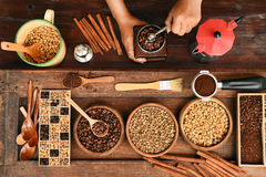 Feijões de café recentemente à terra em um filtro do metal e feijões de café com chaleira vermelha Fotografia de Stock Royalty Free