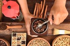 Feijões de café recentemente à terra em um filtro do metal e feijões de café com chaleira vermelha Imagens de Stock Royalty Free