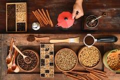 Feijões de café recentemente à terra em um filtro do metal e feijões de café com chaleira vermelha Fotografia de Stock
