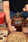 Feijões de café recentemente à terra em um filtro do metal e feijões de café com chaleira vermelha Imagem de Stock Royalty Free