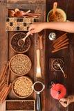Feijões de café recentemente à terra em um filtro do metal e feijões de café com chaleira vermelha Imagem de Stock