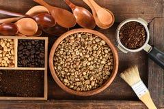 Feijões de café recentemente à terra em um filtro do metal e feijões de café diferentes em uma caixa quadrada Imagem de Stock