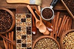 Feijões de café recentemente à terra em um filtro do metal e feijões de café diferentes em uma caixa quadrada Imagens de Stock Royalty Free