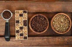 Feijões de café recentemente à terra em um filtro do metal e feijões de café diferentes em uma caixa quadrada Imagens de Stock
