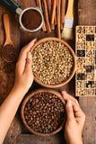 Feijões de café recentemente à terra em um filtro do metal e feijões de café diferentes em uma caixa quadrada Foto de Stock Royalty Free