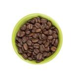Feijões de café Roasted em uma bacia verde Imagem de Stock Royalty Free