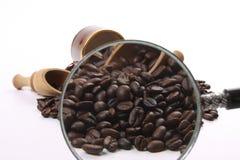 Feijões de café roasted escuros fotografia de stock
