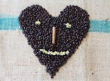 Feijões de café Roasted na forma do coração do smiley Fotografia de Stock Royalty Free