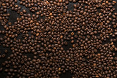 Feijões de café Roasted no fundo preto Fotografia de Stock Royalty Free