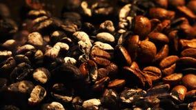 Feijões de café Roasted no macro de queimadura do fogo filme