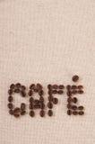 Feijões de café Roasted que dão forma ao café da palavra Imagem de Stock Royalty Free