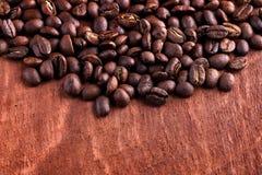 Feijões de café roasted tailandeses no fundo de madeira Fotografia de Stock