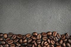 Feijões de café superiores no fundo preto Imagens de Stock Royalty Free