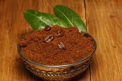 Feijões de café, terra, canela, anis em um fundo de madeira Foto de Stock