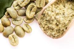 Feijões de café verdes com folha imagem de stock