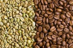 Feijões de café verdes e roasted Fotografia de Stock Royalty Free