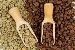 Feijões de café verdes e roasted Imagem de Stock