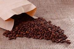 Feijões de Cofee na serapilheira fotografia de stock royalty free