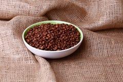 Feijões de Cofee na serapilheira foto de stock royalty free