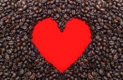 Feijões de Coffe com coração vermelho Imagem de Stock