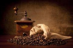 Feijões de Coffe com saco e moedor do juta Foto de Stock Royalty Free