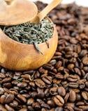 Feijões de Coffe e chá verde Fotografia de Stock